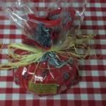 Boeren babykaasje verpakt in traditionele boerenzakdoek met cadeaufolie en touw